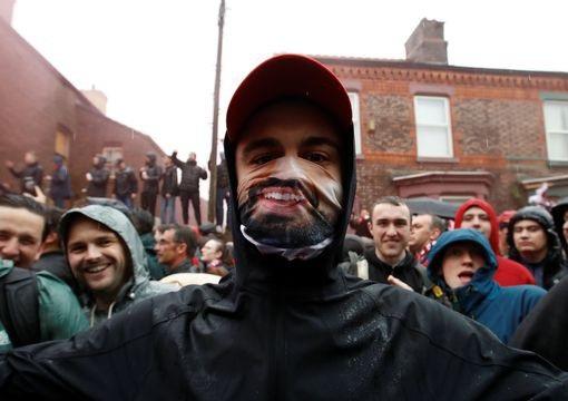 Một cổ động viên của Liverpool với chiếc mặt nạ của Salah