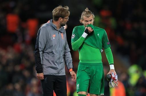 Klopp nói chuyện với thủ thành Karius sau khi trận đấu khép lại. Thủ môn người Đức chơi không tốt ở trận đấu này.