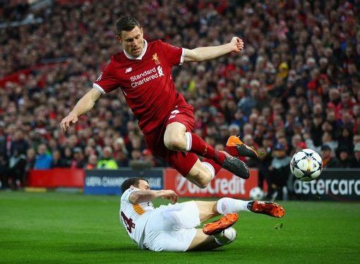 Milner nhảy lên tránh cú xoạc bóng của cầu thủ Florenzi