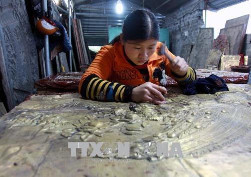Từ bàn tay tài hoa và tỉ mẩn của nghệ nhân làng nghề chạm bạc Đồng Xâm, nhiều sản phẩm giá trị cao đã ra đời. Ảnh: Thế Duyệt