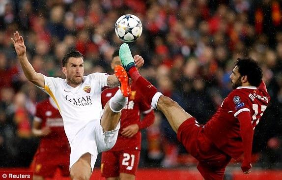 Kevin Strootman (trái) tung chân tranh bóng với Mohamed Salah (phải)