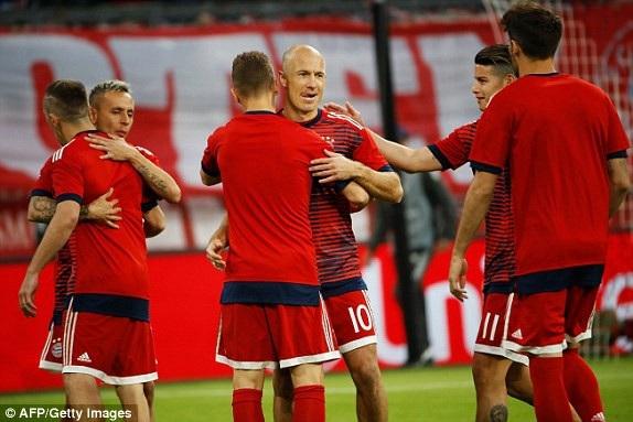 Robben và các đồng đội khởi động trước trận đấu