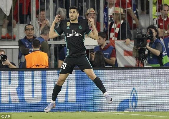 Tiền vệ trẻ người Tây Ban Nha ăn mừng bàn thắng vào lưới Bayern Munich