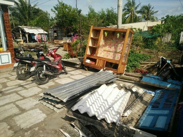 Lốc xoáy làm hàng chục nhà dân bị hư hại - 1