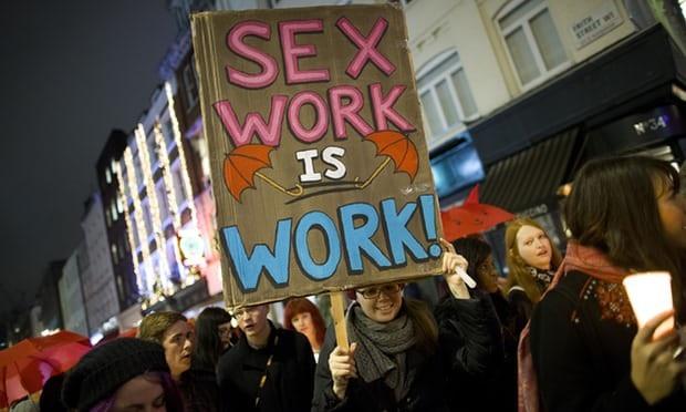 Những người hành nghề mại dâm biểu tình phản đối Đạo luật chống buôn bán tình dục trực tuyến. (Ảnh: Justin Tallis/ AFP/Getty Images)