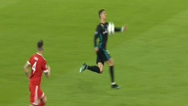C.Ronaldo để bóng chạm tay trước khi sút tung lưới Bayern Munich ở phút 71