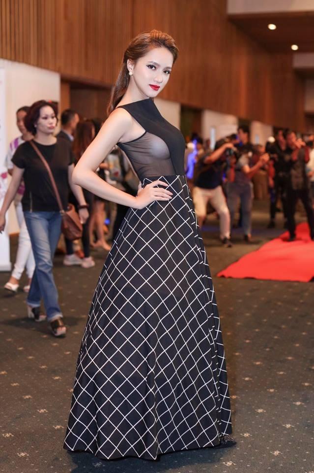 Sexy, nóng bỏng lấp ló vòng 1, khoe trọn vòng eo cũng là phong cách thời trang thảm đỏ của cô.
