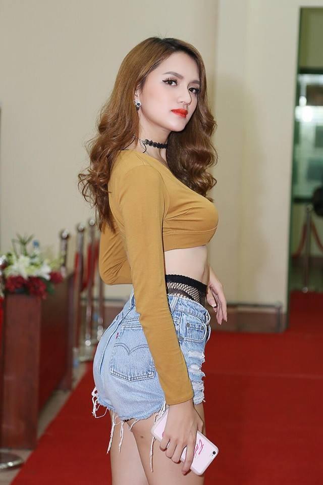 Cô được một số trang tin so sánh với đệ nhất mỹ nhân chuyển giới Thái Lan Nong Poy.
