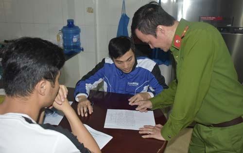 Cơ quan chức năng làm việc với ông Mai Văn Hùng.