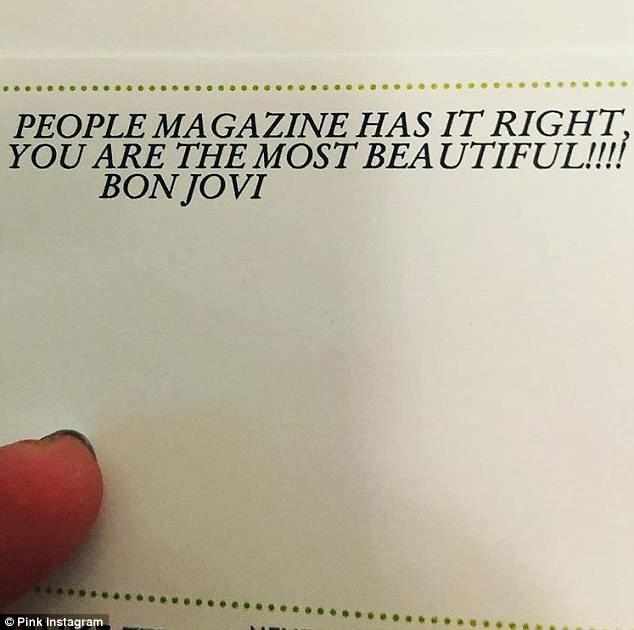 Nam rocker Jon Bon Jovi đã gửi hoa và thiệp tới nữ ca sĩ Pink khiến cô ngập tràn hạnh phúc và phải chia sẻ ngay với các fan trên mạng xã hội.