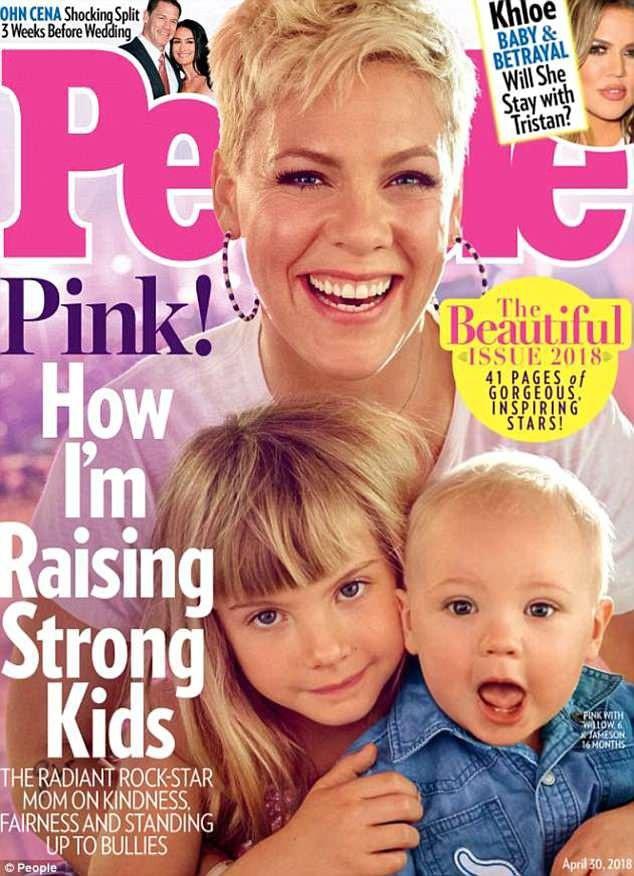 """Mới đây, Pink đã vừa xuất hiện cùng với hai con nhỏ trên trang bìa của tờ tạp chí People, ấn bản đặc biệt """"The Beautiful""""."""