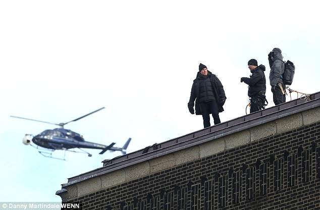 Một cú nhảy khác mà Tom phải thực hiện trong phim, đó là nhảy từ nóc tòa nhà cao tầng này sang nóc tòa nhà cao tầng khác. Chính bởi một trong những cú nhảy này mà Tom đã bị vỡ xương mắt cá, phải nghỉ dưỡng thương trong vài tháng.