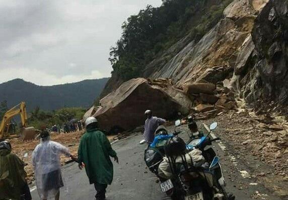 Khối đá khủng rơi từ trên núi xuống đường Nha Trang - Đà Lạt chiều 26/4 (Ảnh người dân cung cấp)