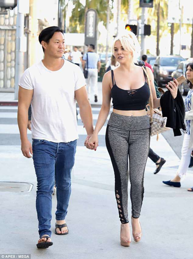 Courtney bên bồ mới Chris Sheng, 38 tuổi. Cặp đôi bị bắt gặp đi mua sắm cách đây ít ngày.