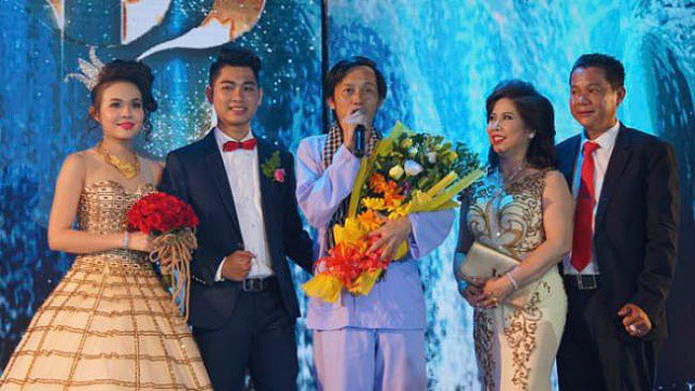 Nghệ sĩ Hoài Linh diễn trong đám cưới của một người quen.