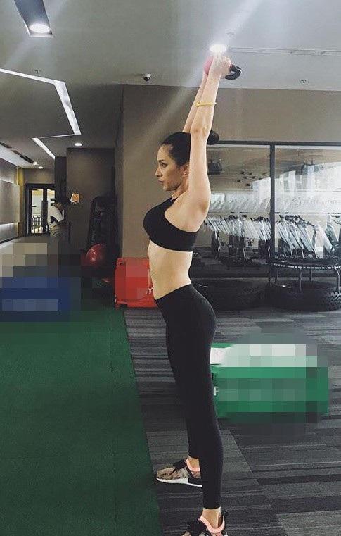 Thời gian chuẩn bị thi Hoa hậu chuyển giới Quốc tế, cô đã phải chăm chỉ luyện tập, trung bình mỗi ngày trên dưới 2 tiếng cùng huấn luyện viên với chế đệ tập khắc nghiệt.
