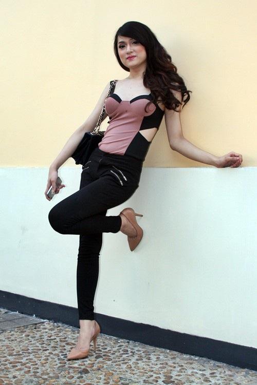 Trước đó, vào năm 2010, Hương Giang Idol quyết định sang Thái Lan thực hiện cuộc phẫu thuật đau đớn để được sống thật với chính mình. Sau khi chuyển giới, Hương Giang chọn cho mình phong cách của một cô gái gợi cảm.