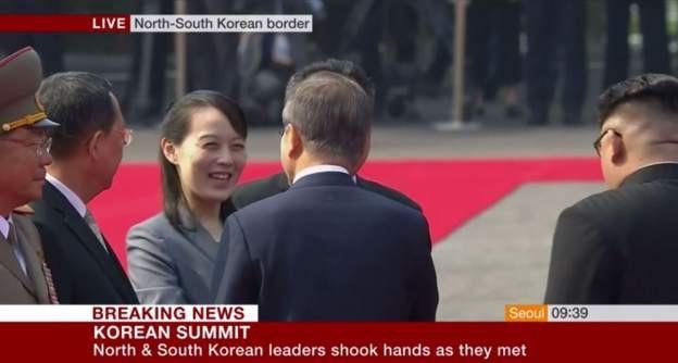 Bà Kim Yo-jong bắt tay Tổng thống Hàn Quốc Moon Jae-in. (Ảnh: BBC)