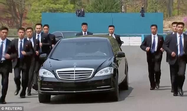 12 vệ sĩ chạy bộ quanh chiếc S600 Pullman Guard chở ông Kim Jong-un rời Khu phi quân sự liên Triều sau cuộc gặp với Tổng thống Hàn Quốc Moon Jae-in (Ảnh: Reuters)