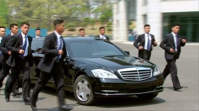 Lưới tản nhiệt của chiếc S600 bọc thép chở nhà lãnh đạo Triều Tiên tại Khu phi quân sự liên Triều có vẻ khác với 3 chiếc xe từng xuất hiện trong lễ duyệt binh hồi năm ngoái ở thủ đô Bình Nhưỡng (Ảnh: Reuters)