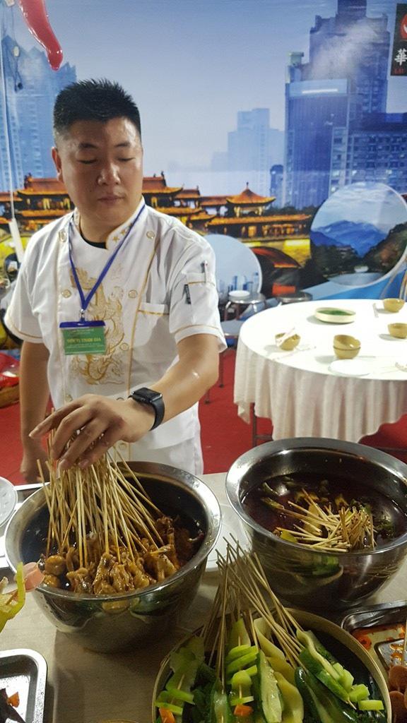Liên hoan ẩm thực quốc tế Huế hút hàng ngàn du khách vào thưởng thức - 4