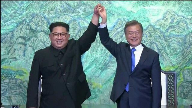 Tổng thống Hàn Quốc Moon Jae-in và nhà lãnh đạo Triều Tiên Kim Jong-un sáng 27/4 (ảnh: Reuters)