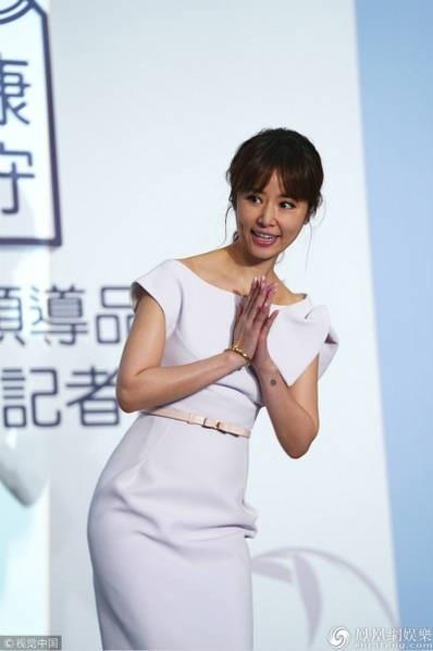Nữ diễn viên 43 tuổi cúi chào khán giả và truyền thông. Dáng vóc thanh mảnh của Lâm Tâm Như đã đánh tan tin đồn cô mang thai lần hai.