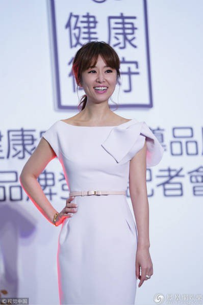 Lâm Tâm Như tham dự một sự kiện tại Đài Bắc, ngày 26/4. Cô diện đầm trắng trẻ trung.