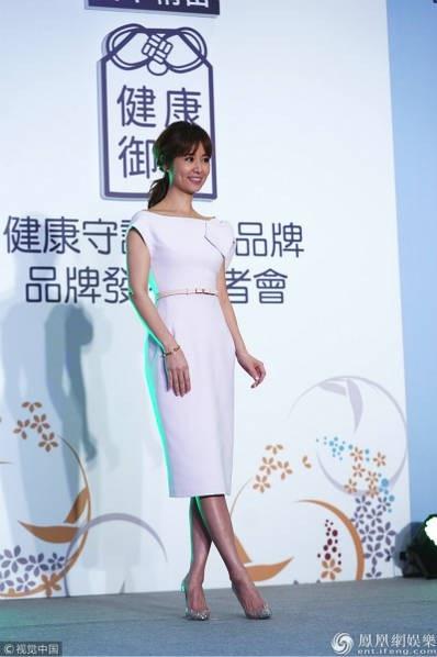 Lâm Tâm Như mỉm cười khi được truyền thông hỏi về vụ việc chồng cô bị cảnh sát hỏi thăm vì vi phạm luật giao thông. Nữ diễn viên 43 tuổi cho hay, Hoắc Kiến Hoa đã công khai xin lỗi trên truyền thông và đây thực sự là một hành động tốt.