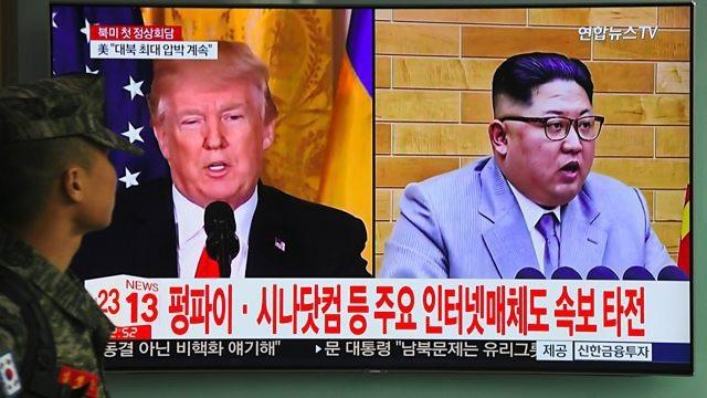 Tổng thống Donald Trump và nhà lãnh đạo Kim Jong-un xuất hiện trong bản tin của truyền hình Hàn Quốc (Ảnh: Reuters)