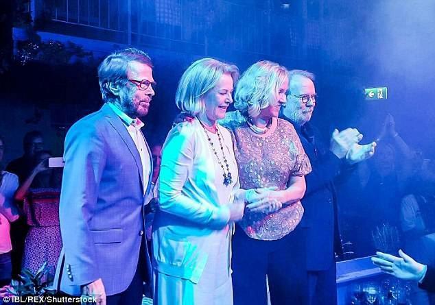 Các thành viên ABBA xuất hiện trên sân khấu một bữa tiệc tổ chức kín đáo hồi năm 2016.