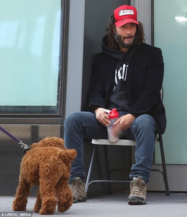 Sau khi đi chân trần một lúc, nam diễn viên đã tìm được một đôi giày.