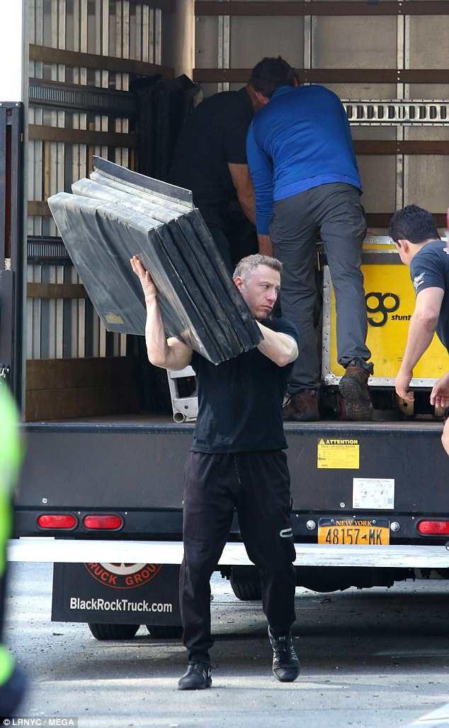 Trong lúc Keanu ngồi nghỉ, các nhân viên trường quay bắt đầu dỡ đồ từ một thùng xe tải.