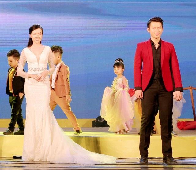 Hoa khôi Thúy Vi và Nam vương Võ Tiến cùng hội ngộ trình thời trang diễn ấn tượng.