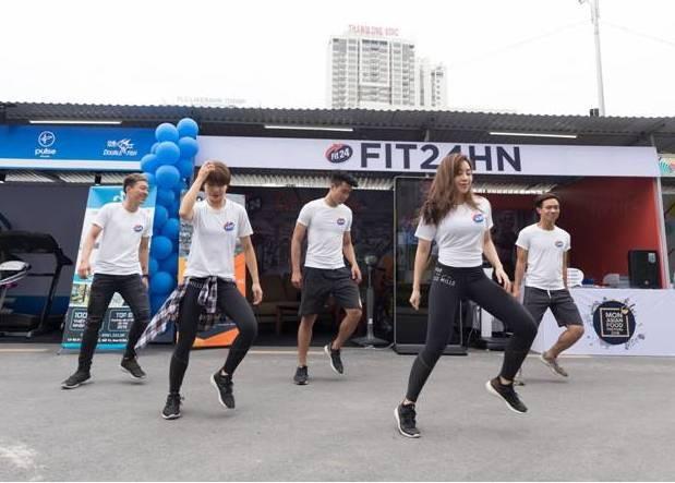 Nhóm nhảy hoạt náo của Fit24 tại sự kiện vô cùng trẻ trung, năng động