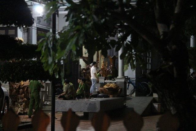 Lực lượng chức năng khám xét nhà Phượng rấu (ảnh: Thúy Diễm)