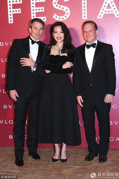 Ngôi sao nổi tiếng nhận được câu hỏi về việc người yêu cũ, Lê Minh, vừa đón con gái đầu lòng ở tuổi 52. Em bé sinh sớm hơn dự kiến gần 1 tháng nhưng khá khoẻ mạnh. Lê Minh từ chối tiết lộ thông tin về con gái.