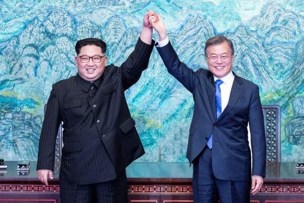 Tổng thống Moon Jae-in và ông Kim Jong-un nắm tay tại hội nghị thượng đỉnh liên Triều hôm 27/4 (Ảnh: Reuters)