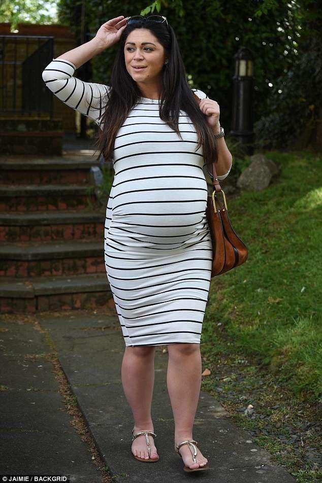 Nhiều người còn đồn Casey mang song thai vì bụng cô rất lớn, tuy nhiên ngôi sao 33 tuổi từ chối bình luận về thông tin này