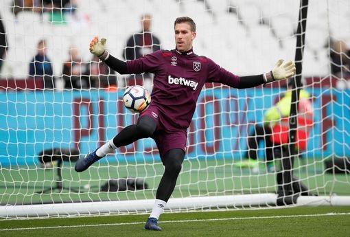 Thủ thành Adrian của West Ham khởi động trước khi trận đấu bắt đầu. Thủ thành người Tây Ban Nha sẽ được bắt chính do Joe Hart không được thi đấu chống lại đội bóng chủ quản