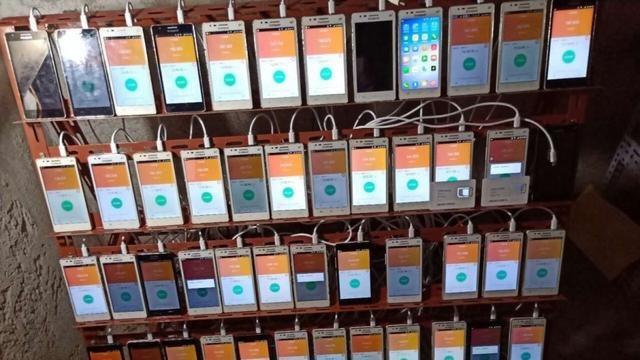 Căn phòng chứa 56 điện thoại di động đang hoạt động để đào Bitcoin được phát hiện trong hộ gia đình. (Nguồn: Weibo)