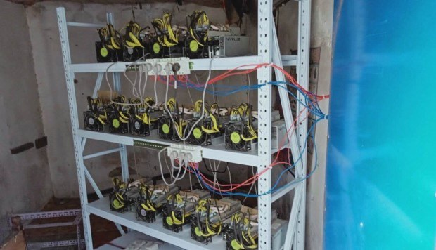 15 máy đào Bitcoin được chạy bằng điện câu trộm. (Nguồn: Weibo)