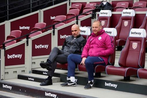 Guardiola (trái) có mặt tại sân Olympic