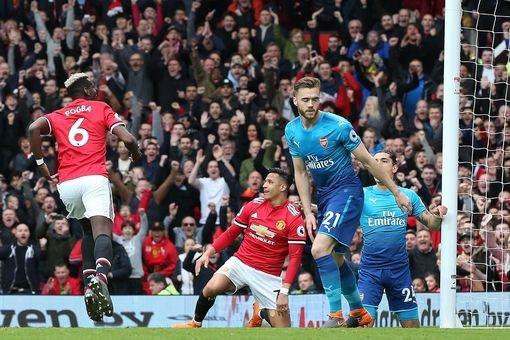 Pogba (trái) ăn mừng sau khi ghi bàn vào lưới Arsenal