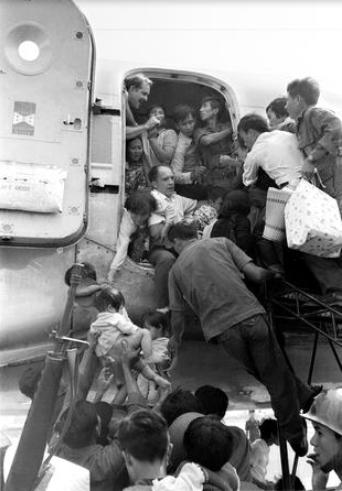 Sát thời điểm 30/4/1975, nhận thấy nguy cơ chính quyền Sài Gòn sụp đổ là điều không thể tránh khỏi, những người Mỹ cuối cùng và một số người dân miền Nam đã tìm cách di tản.
