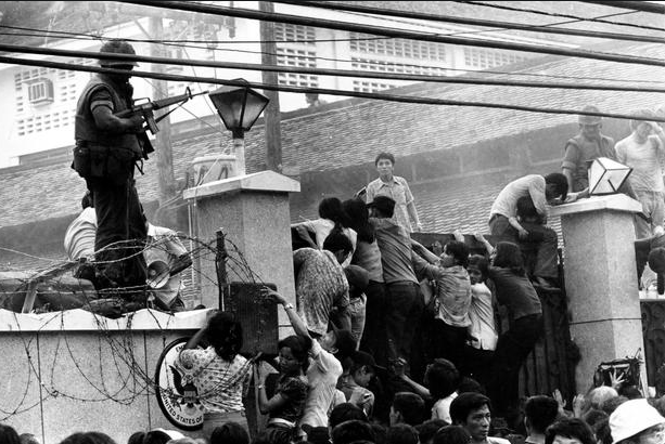 Khung cảnh hỗn loạn bên ngoài tòa Đại sứ quán Mỹ ở Sài Gòn khi nhiều người tìm cách vượt qua bức tường cao khoảng 4m với hy vọng được lên những chuyến trực thăng cuối cùng chở lính Mỹ đào thoát.