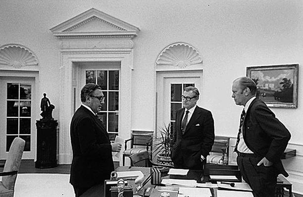 """Thời điểm đó, khoảng 100 trực thăng của quân đội Mỹ đã sơ tán khoảng 7.000 người khỏi Sài Gòn trong vòng 24 giờ đồng hồ. Trong ảnh: Ngày 28/4/1975, Tổng thống Mỹ khi đó là Gerald Ford, Ngoại trưởng Henry Kissinger và Phó Tổng thống Nelson Rockefeller đã họp bàn về chiến dịch sơ tán khỏi Sài Gòn. Chiến dịch """"Gió lốc"""" (Operation Frequent Wind) có thể coi là chiến dịch sơ tán bằng trực thăng lớn nhất trong lịch sử."""