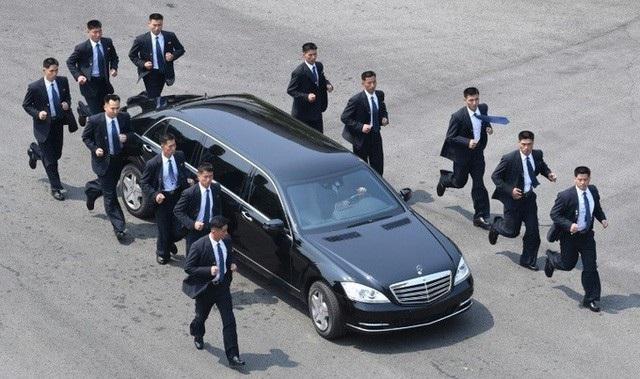 12 vệ sĩ chạy bộ hộ tống xe của ông Kim Jong-un hôm 27/4. (Ảnh: Reuters)