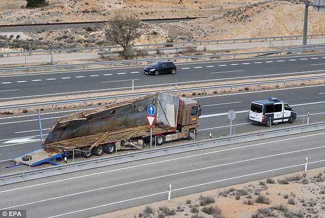 Xe tải chở voi đã bị hư hỏng sau cú va chạm, bởi những con voi quá hoảng sợ nên đã phá tung thùng xe để tìm cách chạy thoát thân.