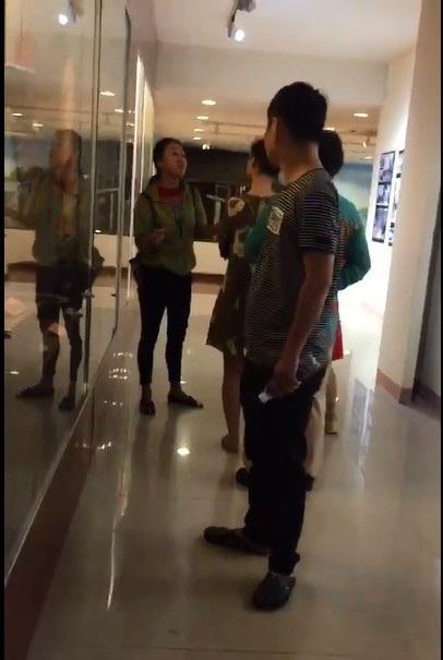 Đà Nẵng đã xác minh danh tính người phụ nữ Trung Quốc (mặc áo xanh) đã thuyết minh bằng tiếng Trung Quốc và thuyết minh sai lịch sử Việt Nam (ảnh trích xuất từ clip của Cộng đồng HDV tiếng Hoa phản ánh vụ việc trên mạng xã hội)